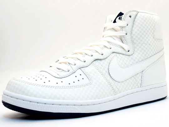 nike shoes high tops white. The high top sneaker comes in