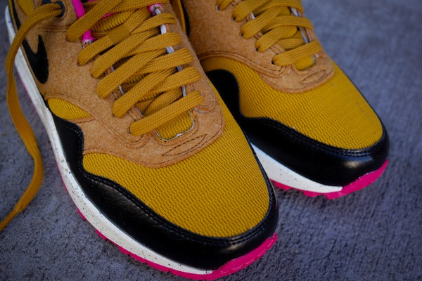 nike-wmns-air-max-1-gold-suede-black-4